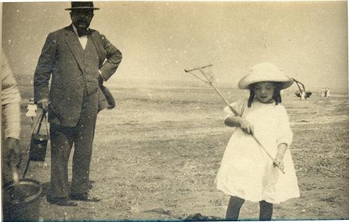 la petite Chouchou avec son papa Claude Debussy et sa maman, Emma, également une photo avec Miss Dolly, sa nurse anglaise
